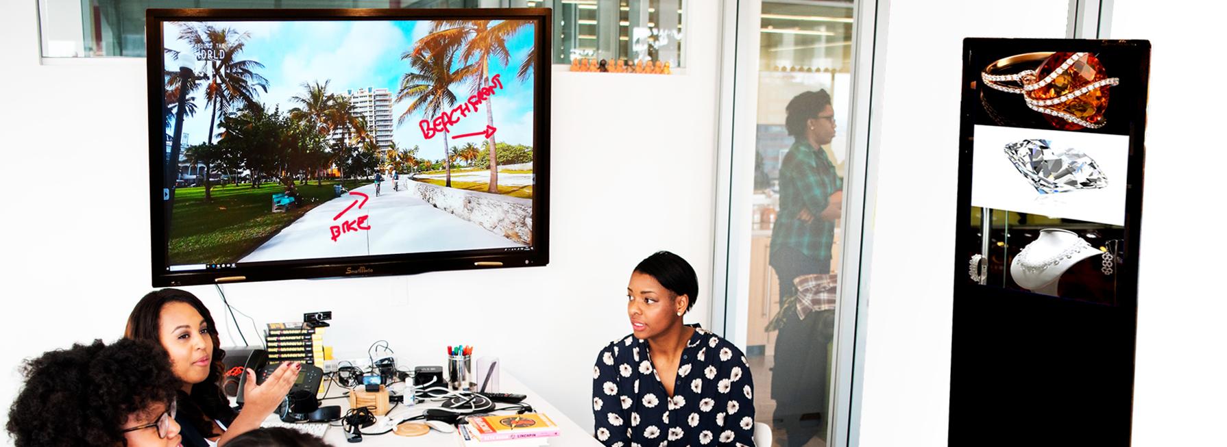 Monitor e Totem Interattivi SmartMedia nelle aree digitali delle sale riunioni
